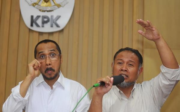 Ketua KPK Abraham Samad (kiri) dan Wakil Ketua KPK Bambang Widjojanto menyampaikan keterangan terkait penetapan mantan Ketua BPK Hadi Poernomo sebagai tersangka di Gedung KPK Jakarta, Senin (21/4). KPK resmi menetapkan Hadi Purnomo sebagai tersangka dalam kapasitasnya sebagai mantan Dirjen Pajak terkait kasus dugaan korupsi permohonan keberatan wajib pajak Bank Central Asia 1999-2003 dengan potensi kerugian negara mencapai Rp375 miliar. ANTARA FOTO/Wahyu Putro A/ed/pd/14
