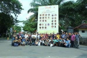 Para alumni pers mahasiswa lintas generasi berfoto bersama di depan kampus Universitas Muria Kudus, Kudus, Jawa Tengah pada 30 Januari 2016.