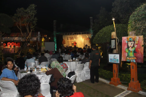 Suasana malam reuni FAA PPMI di Omah Dongeng Marwah, Kudus.