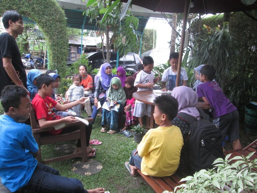 Suasana belajar mendongeng di Omah Dongeng Marwah