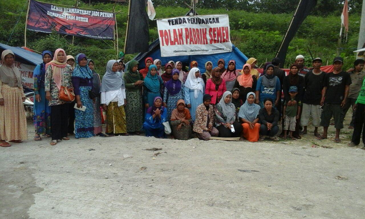 Para perempuan Kendeng berada di tenda perlawanan menolak pabrik semen, foto Michele