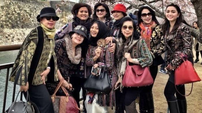 Foto para istri anggota Dewan sedang di Jepang