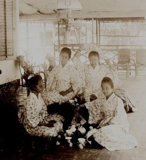 Kartinah, Kartini, Rukmini, dan Soematri mengenakan pakaian Jepang.
