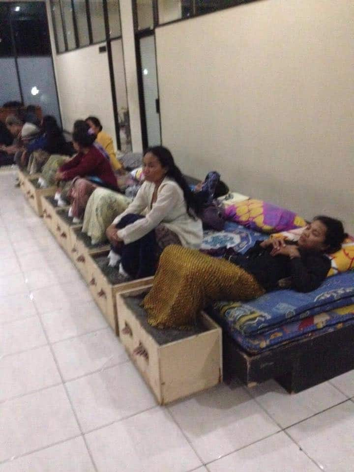 Para perempuan Kendeng menginap di LBH Jakarta dengan kaki masih terpasung