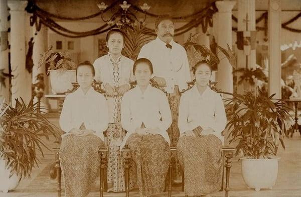 Kartini berdiri bersama suaminya, Raden Adipati Djojoadiningrat. Duduk (dari kiri) Soematri, Rukmini, dan Kartinah.