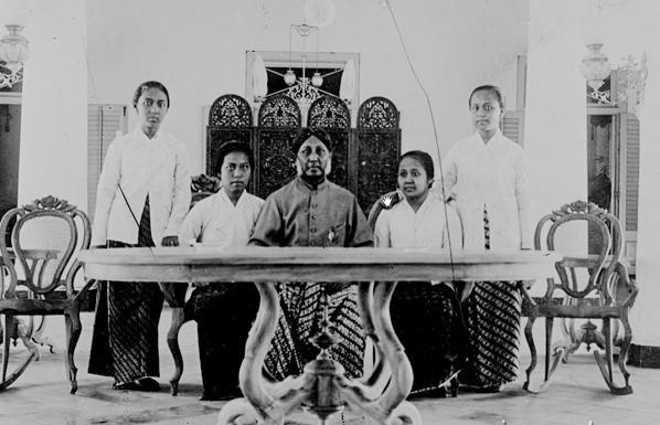 Kartini bersama bapak dan saudara