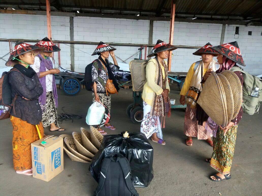 Para Kartini Kendeng pulang ke tenda juang mereka, foto Michele