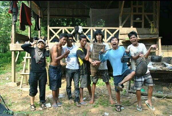 Tri Astuti bersama tim di depan Padepokan Rimba