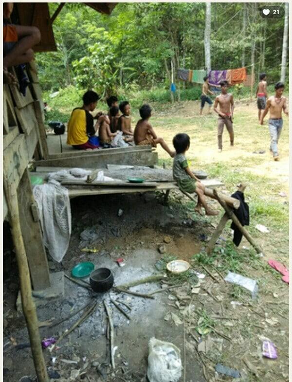 Anak-anak rimba bermain di depan Padepokan Rimba