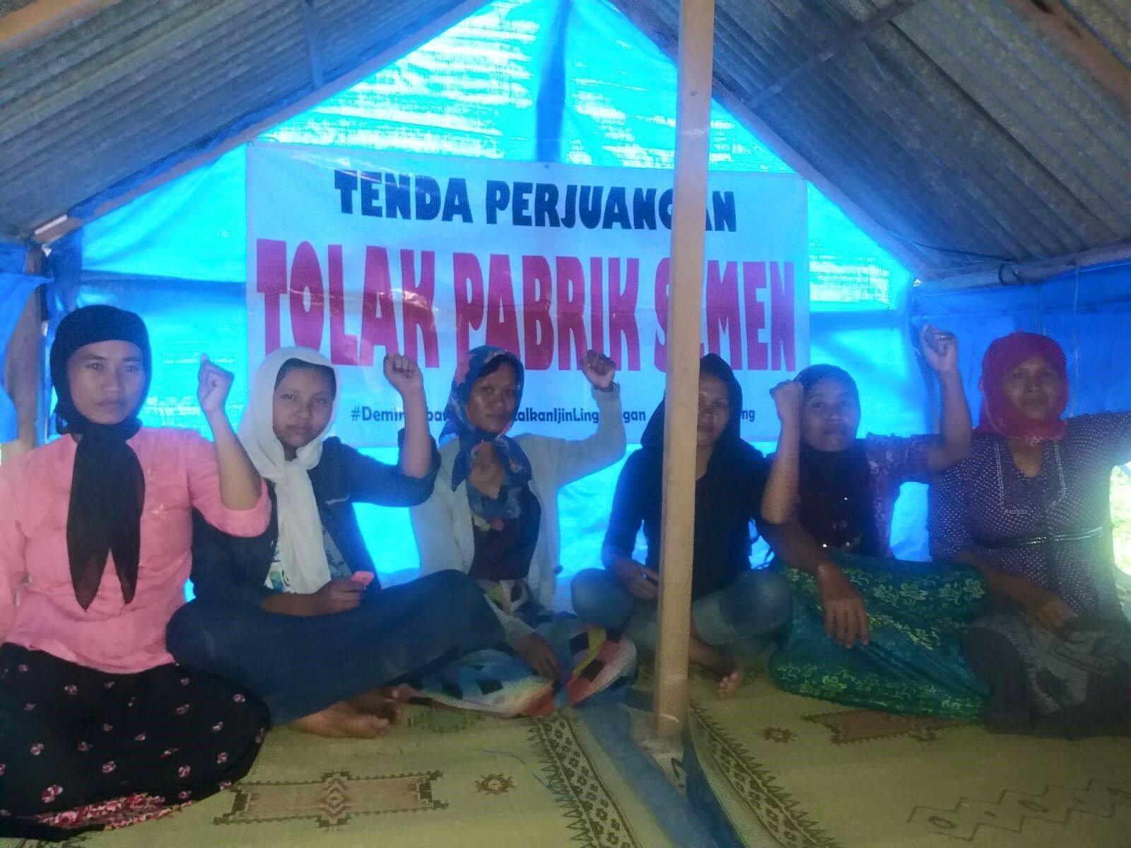 para perempuan pejuang sedang berada di tenda perlawanan pabrik semen. Foto: michele
