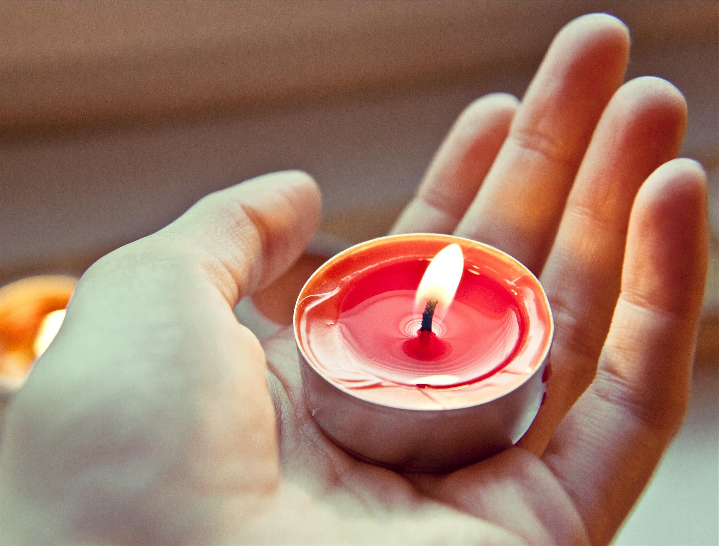 Tangan menjaga lilin, foto Milada Vigerova