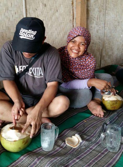 Menghilangkan dahaga dengan air kelapa