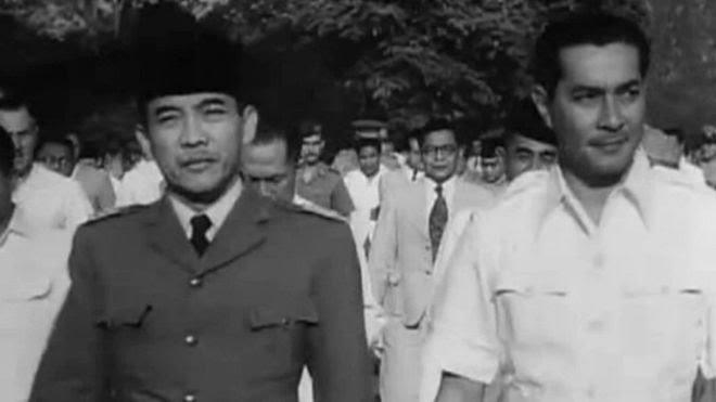 Sultan Hamid II (kanan) bersama Presiden Sukarno menjelang Konferensi Meja Bundar 1949