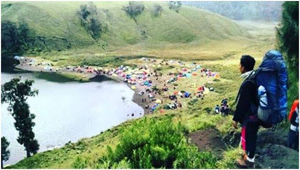 Suasana Ranu Kumbolo dari Pos 3 Bukit Kumbolo 2400 mdpl, kami sudah disuguhi pemandangan puluhan tenda pendaki Semeru yang bertebaran di mana-mana. Di sisi kanan nampak padang savanna (jalur simpangan Ayak-ayak), bila kita lurus mengikuti tepian Ranu Kumbolo maka kita akan sampai di area Camping Bukit Tanjakan Cinta.