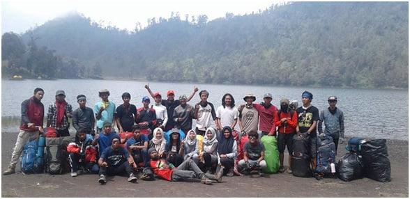 Squad Manjer Adventure berfoto bersama sebelum berangkat ke Kalimati.