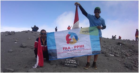 Mbah Kamto dan dadang di Tiang Puncak Mahameru sambil memegang Banner FAA-PPMI.