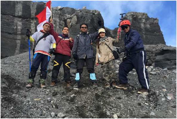 Sesaat sebelum menuruni puncak dan kemiringan Mahameru. Dari kiri : Saya, Sandy (Sulawesi, sekarang masih kuliah di Jogja), Adit (Tangerang, juga masih mahasiswa di Tangerang), Bety, dan Dadang (anggota tim saya). Fotografer : Mbah Kamto. Berfoto di Gerbang Batu Besar Puncak Mahameru.