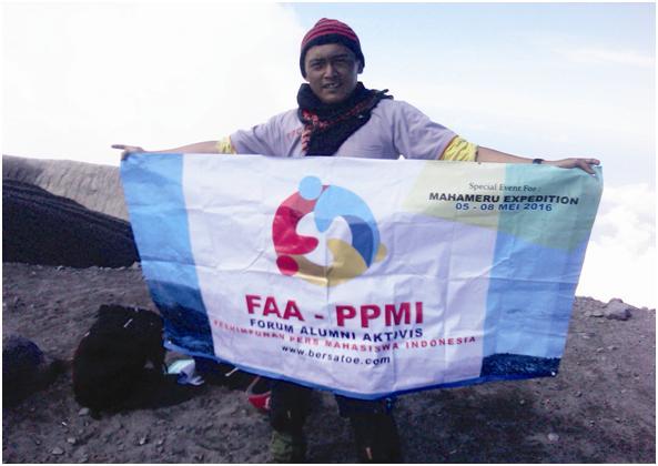 "Rudi memegang banner FAA PPMI di Puncak Mahameru. ""Salam lestari buat semua sahabat"""